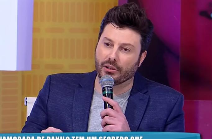 Danilo Gentili do SBT ficou em choque com segredo da namorada em participação na RedeTV! (Foto: Reprodução/ RedeTV!)