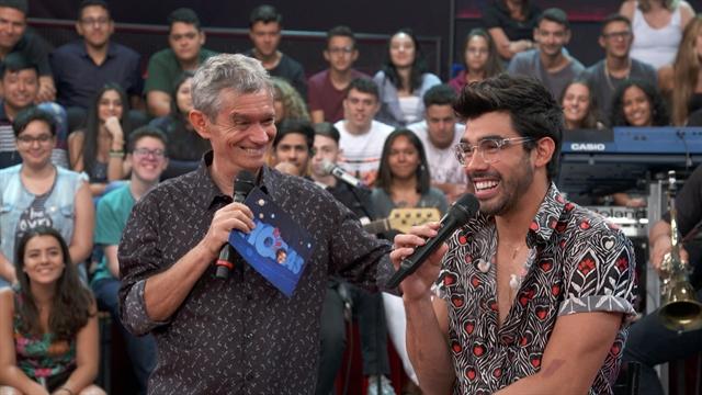 Serginho Groisman e Gabriel Diniz no Altas Horas na Globo (Foto: Globo/Divulgação)
