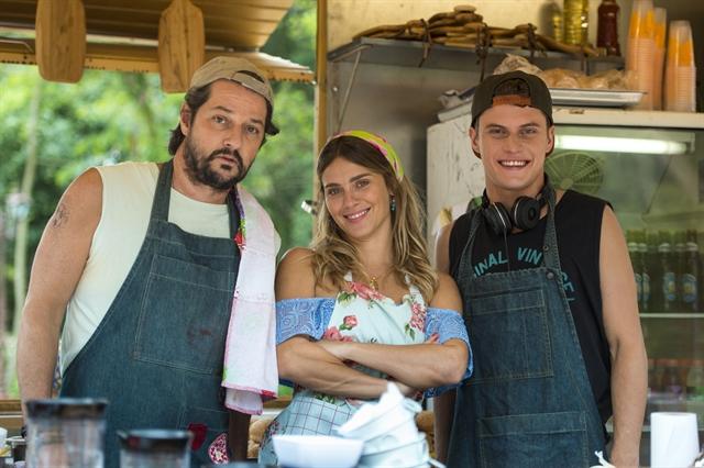 Carolina Dieckmann com Marcelo Serrado e Eduardo Speroni nos bastidores de O Sétimo Guardião (Foto: Globo/Estevam Avellar)