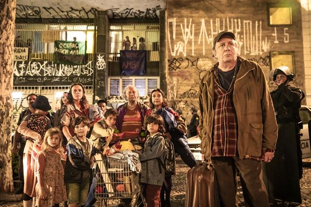 Eusébio (Marco Nanini) com sua família em A Dona do Pedaço (Foto: Globo/João Miguel Júnior)