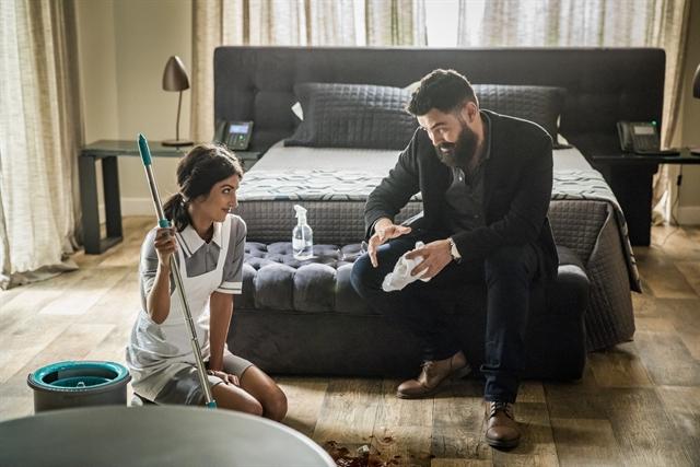 Camila (Anaju Dorigon) e Paul (Carmo Dalla Vechia) em cena de Órfãos da Terra (Foto: Globo/Paulo Belote)