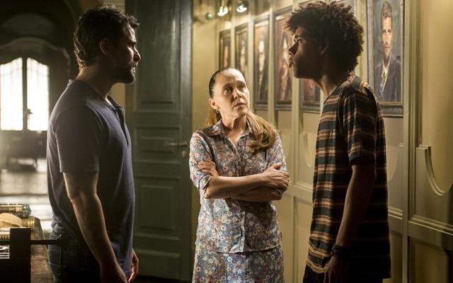 Gabriel (Bruno Gagliasso), Judith (Isabela Garcia) e Feijão (Cauê Campos) em O Sétimo Guardião (Foto: Globo/João Cotta)