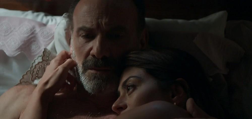 Elias trai a esposa, a família e vai para a cama com Helena em Órfãos da Terra da Globo
