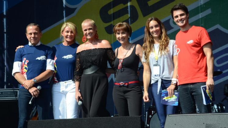 João Doria, Bia Doria, Xuxa Meneghel, Viviane Senna, Bianca Senna e Hugo Bonemer, que interpretou Ayrton Senna em um musical, participam de evento em homenagem ao piloto (Foto: Divulgação)