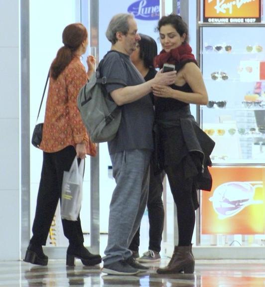 Letícia Sabatella da Globo foi flagrada dando um beijo na boca de Daniel Dantas em um shopping no Rio (Foto AgNews)