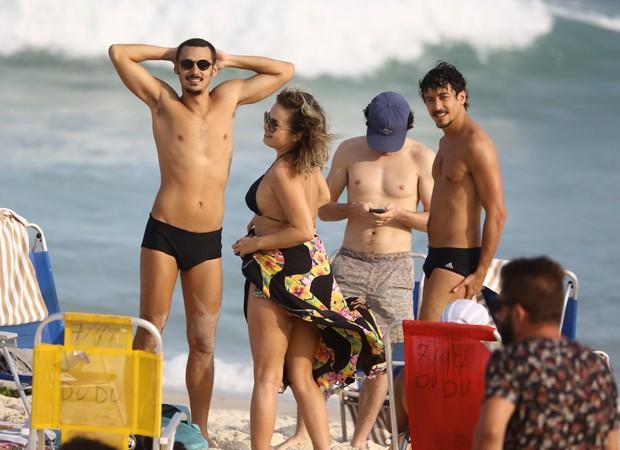 """Jesuíta Barbosa é flagrado em praia do Rio de Janeiro de sunga, volume impressiona e público vai a loucura: """"que pecado"""" Foto: Reprodução"""