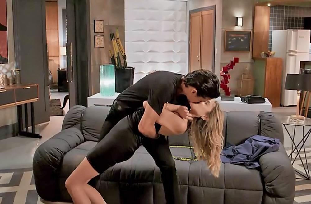 Para surpresa de Manu (Isabelle Drummond) será beijada por Jerônimo (Jesuíta Barbosa) em Verão 90 da Globo