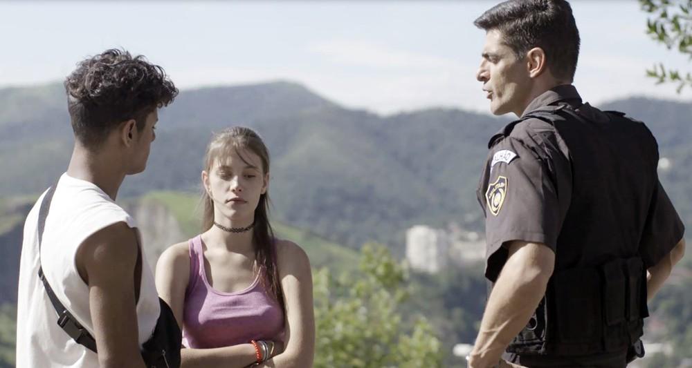 Marco Rodrigo (Julio Machado) diz para Cleber (Gabriel Santana) que é o pai de Anjinha (Caroline Dallarosa) em Malhação Toda Forma de Amar