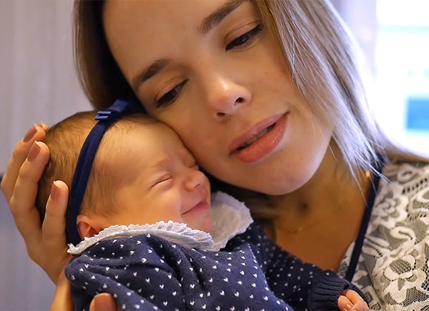 Thaeme dá à luz Liz (Foto: Reprodução)