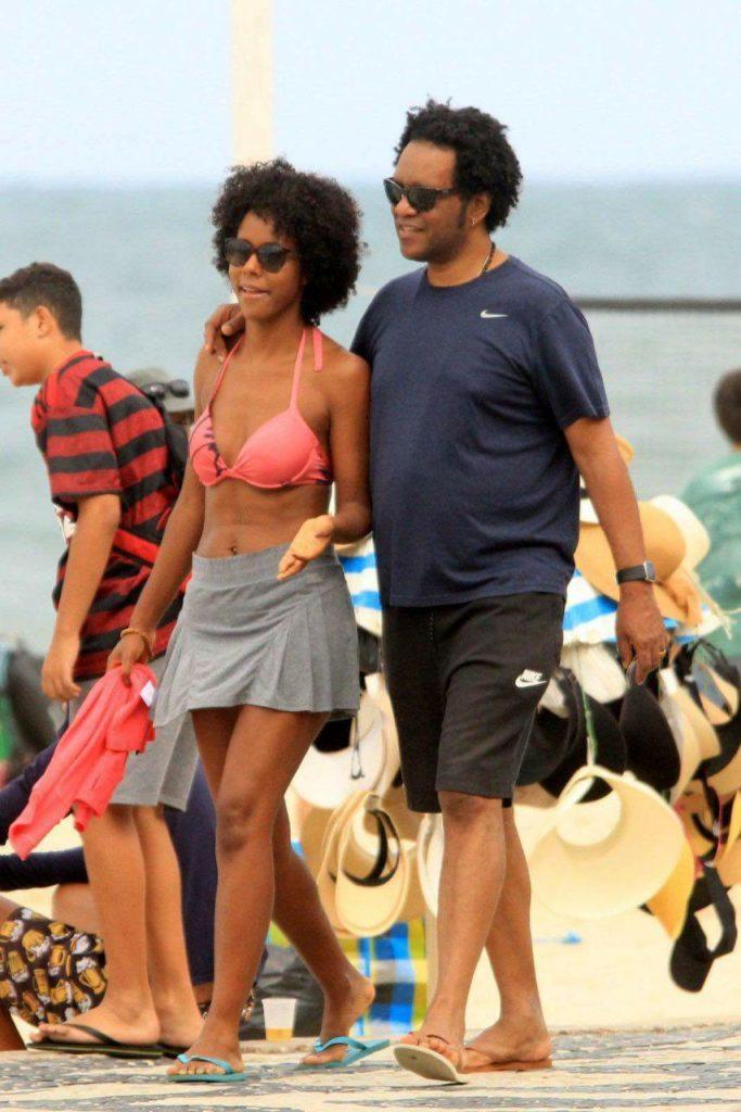 Maju Coutinho acompanhada do marido na praia do Lebron (Foto: AgNews)