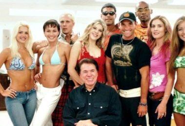 Silvio Santos junto com o elenco da primeira Casa dos Artistas no SBT. (Foto: Divulgação)