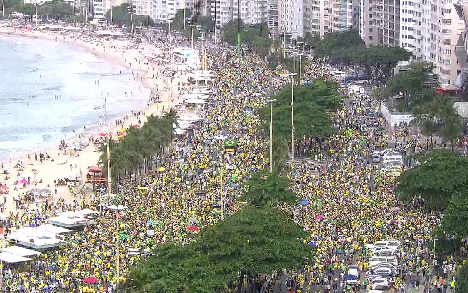 Rio de Janeiro, 12h20: Manifestantes reunidos na orla de Copacabana em defesa do presidente Jair Bolsonaro e das medidas do governo — Foto: Reprodução/GloboNews