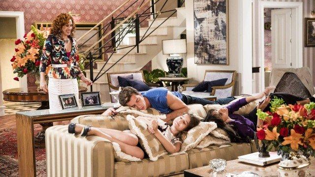 Lidiane flagra todo mundo dormindo em Verão 90 (Foto: João Miguel Junior/ Globo/ Divulgação)