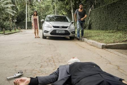 Laila e Jamil vêem Aziz agonizando em Órfãos da Terra (Foto: João Miguel Junior/Rede Globo/Divulgação)