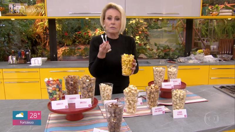 Ana Maria Braga come pipoca com pinça no Mais Você (Foto: Reprodução/Globo)