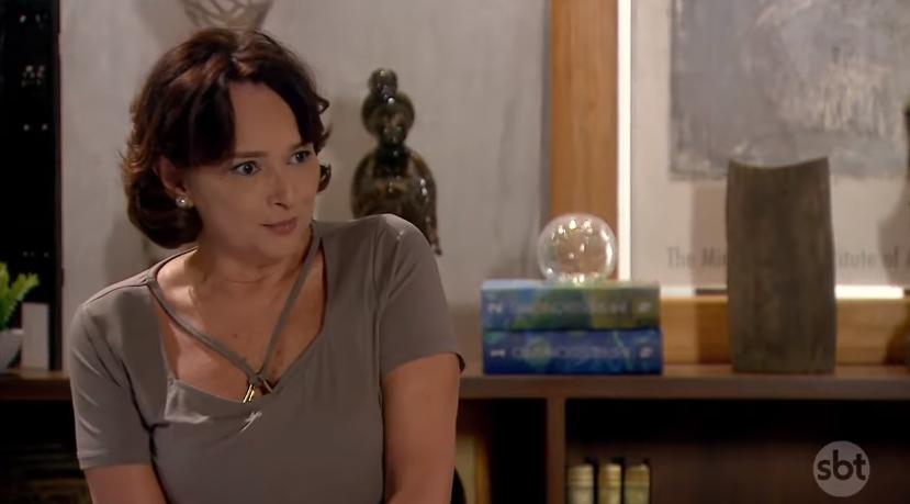Ruth (Myrian Rios) em cena na novela As Aventuras de Poliana, do SBT, dará notícia trágica para os alunos. (Foto: Reprodução)
