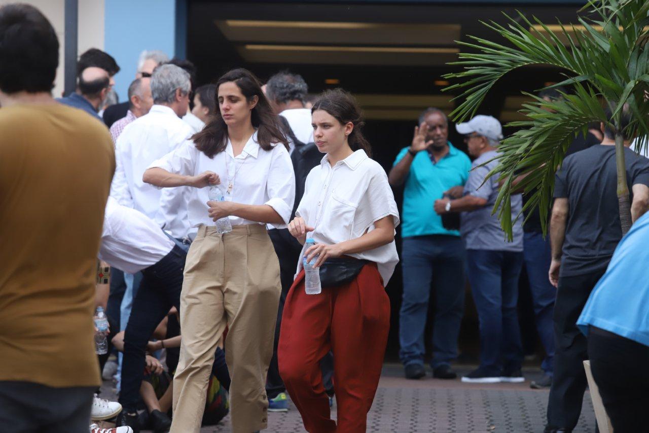 Bruna Linzmeyer e a namorada no velório, Flora Diegues Foto: Agnews