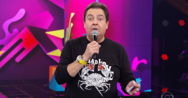 Faustão quebra protocolo da Globo mais uma vez e aparece ao lado de filhas de Silvio Santos, do SBT, Rebeca Abravanel e Patricia Abravanel (Foto: Divulgação)
