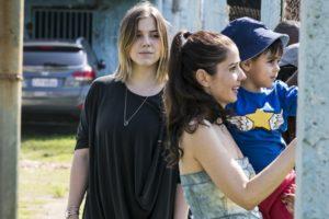 Dalila (Alice Wegmann) sequestra filho de Jamil (Renato Góes) e Laila (Julia Dalavia) em Órfãos da Terra (Foto: Globo/Paulo Belote)