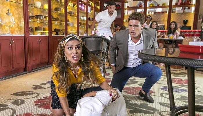 Maria da Paz (Juliana Paes) sofre atentado e é salva por Régis (Reynaldo Gianecchini) em A Dona do Pedaço (Foto: Globo/Paulo Belote)