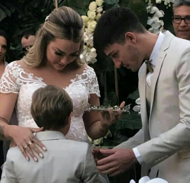 Carol Dantas com o marido, Vinícius Martinez, e Davi Lucca em seu casamento (Foto:Reprodução/Instagram)