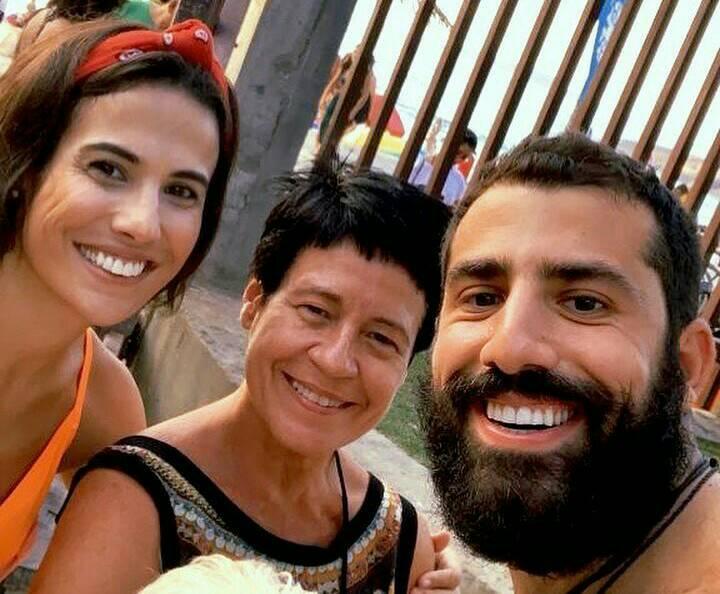 Kaysar Dadour com Gabi Costa e Thelma Guedes nos bastidores de Órfãos da Terra (Foto: Reprodução)