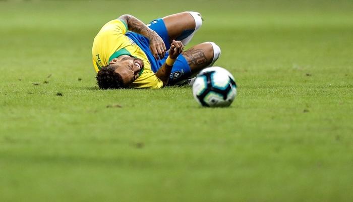 Neymar se machucou em campo durante amistoso entre Brasil x Catar (Foto: Antonio Lacerda/EFE)