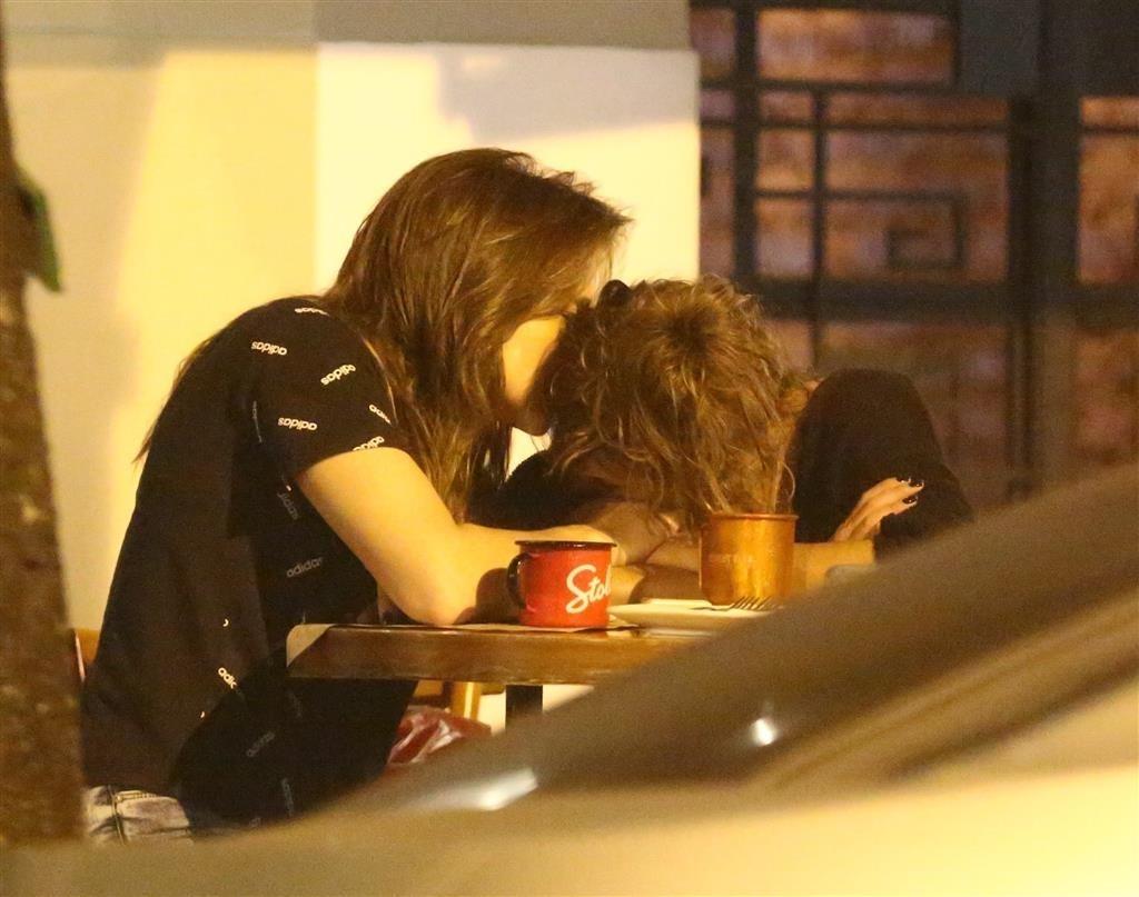 Gentil troca caricias com a sua esposa em Zona Sul do Rio de Janeiro (Agnews)