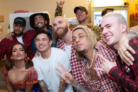 Anitta reúne Pedro Scooby, Neymar e Medina em festa junina em sua casa Foto: Reprodução/Instagram