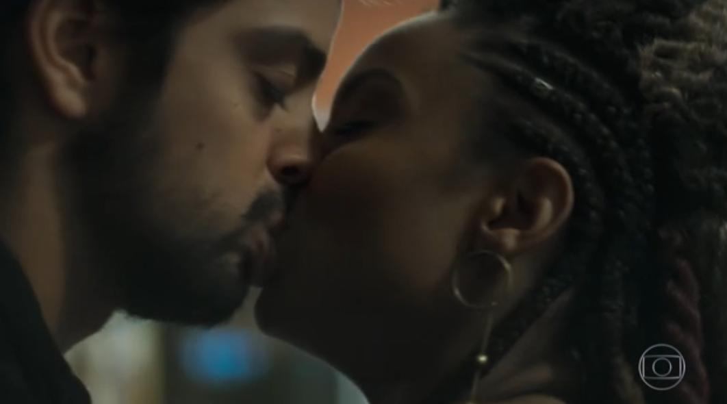 Rodrigo Simas e atriz global se beijaram em Órfãos da Terra (Foto: Reprodução/Globo)