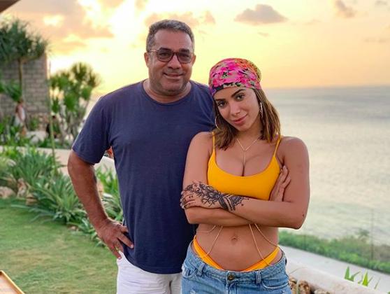 Pai de Anitta em Bali com a filha e o genro Pedro Scooby Foto: Reprodução