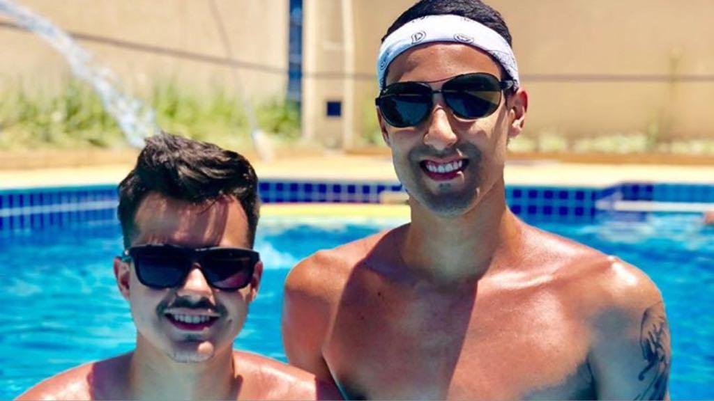 O jogador, Douglas Sousa e seu namorado Gabriel Campos (Imagem: Instagram)