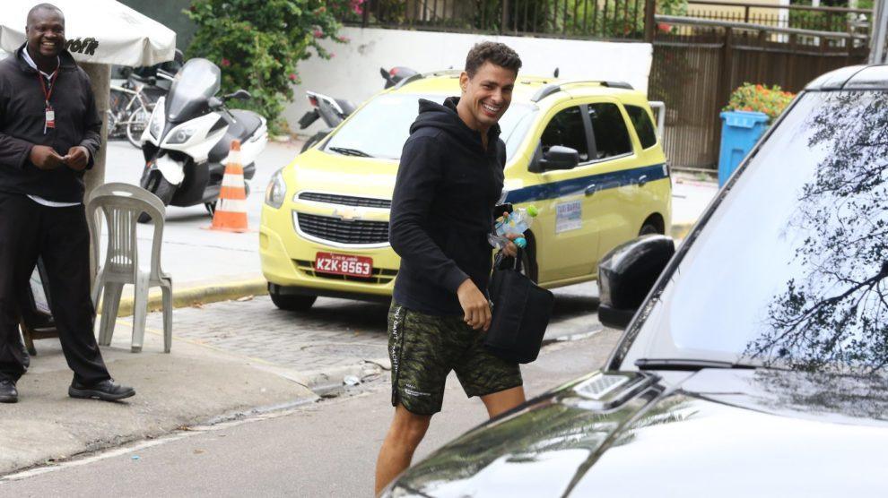 O ator da Globo, Cauâ Reymond saindo de uma academia no RJ
