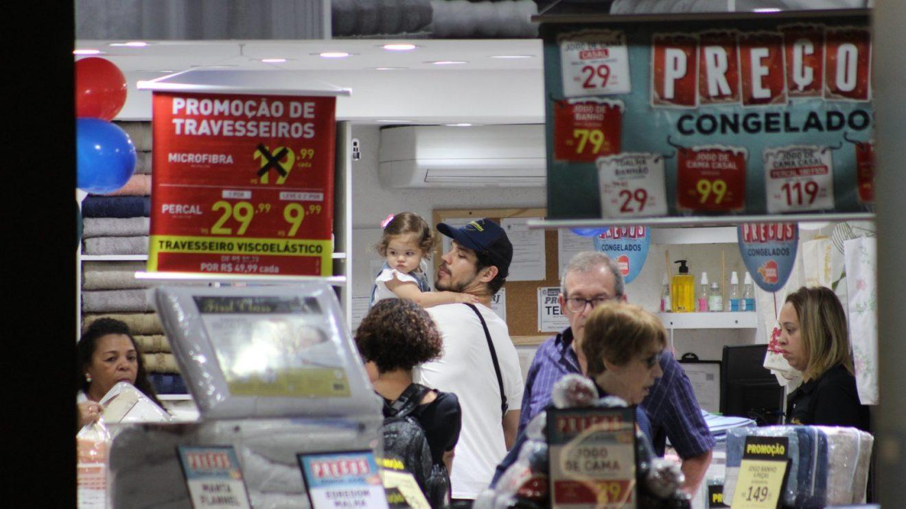 José Loreto é flagrado passeando com sua filha Bella, fruto do seu relacionamento com Débora Nascimento (Foto: AgNews)