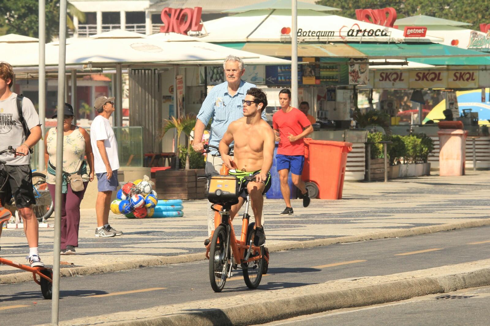 Ator da Globo, José Loreto na praia do Rio de Janeiro (AgNews)