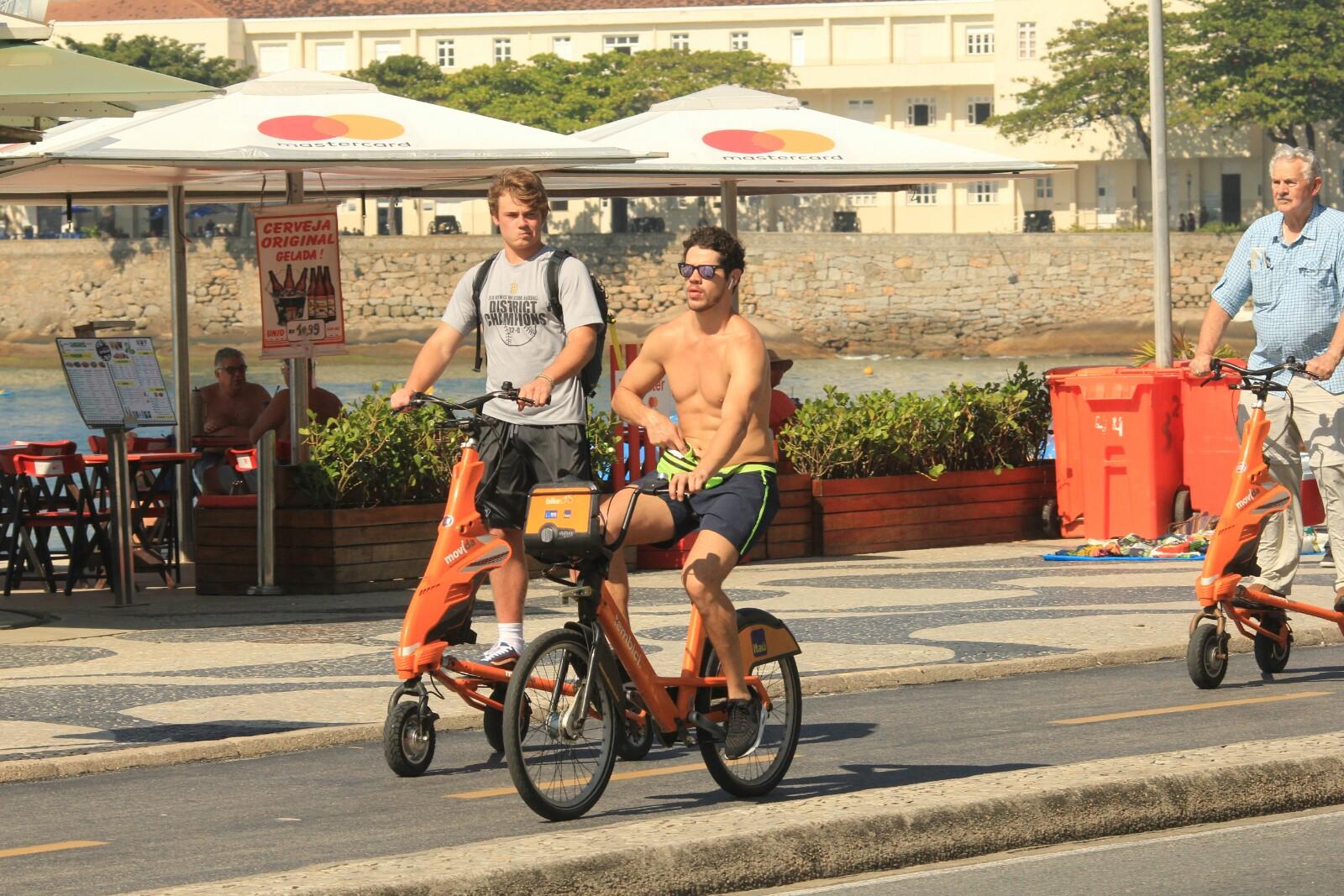 Ex-marido de Débora Nascimento curtindo uma tarde ensolarada na praia de Copacabana (AgNews)