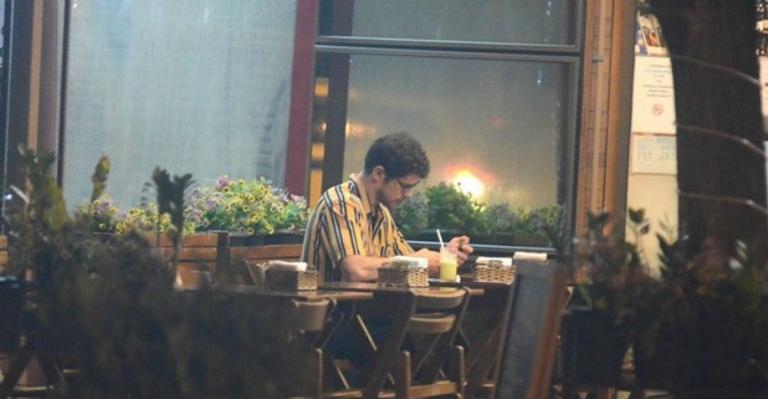 O ator José Loreto é flagrado em padaria sozinho em jantar do Dia dos Namorados (Foto: AgNews)