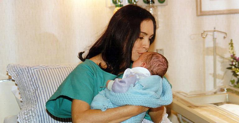 Atriz Regina Duarte com bebê em cena na novela Por Amor (Foto: Acervo Globo)