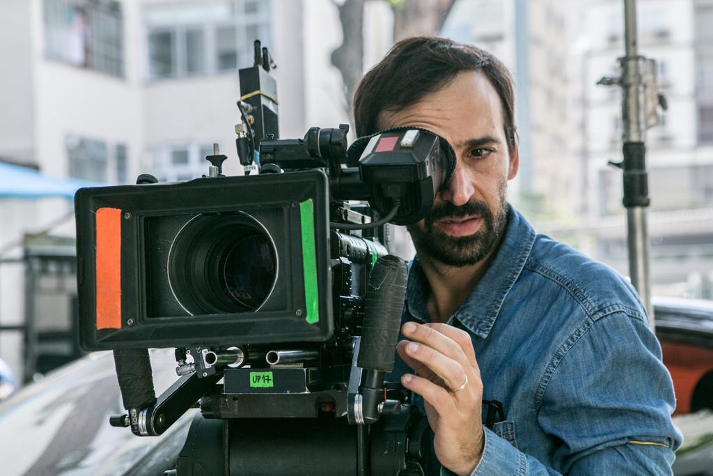 Julio Andrade como diretor em Sob Pressão (Foto: Globo/Raquel Cunha)
