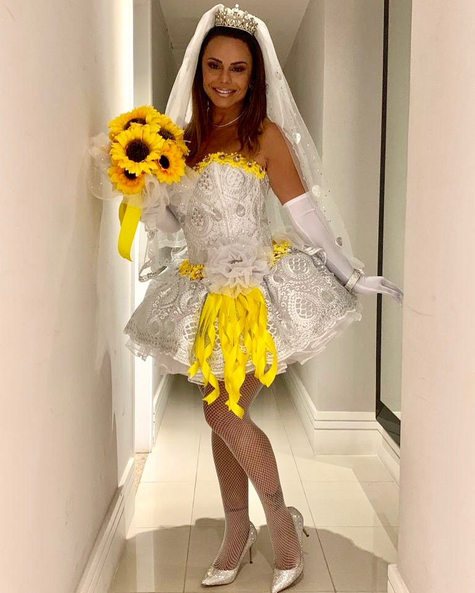 Viviane Araújo surgiu plena vestida de noiva (Foto: Reprodução/Instagram)