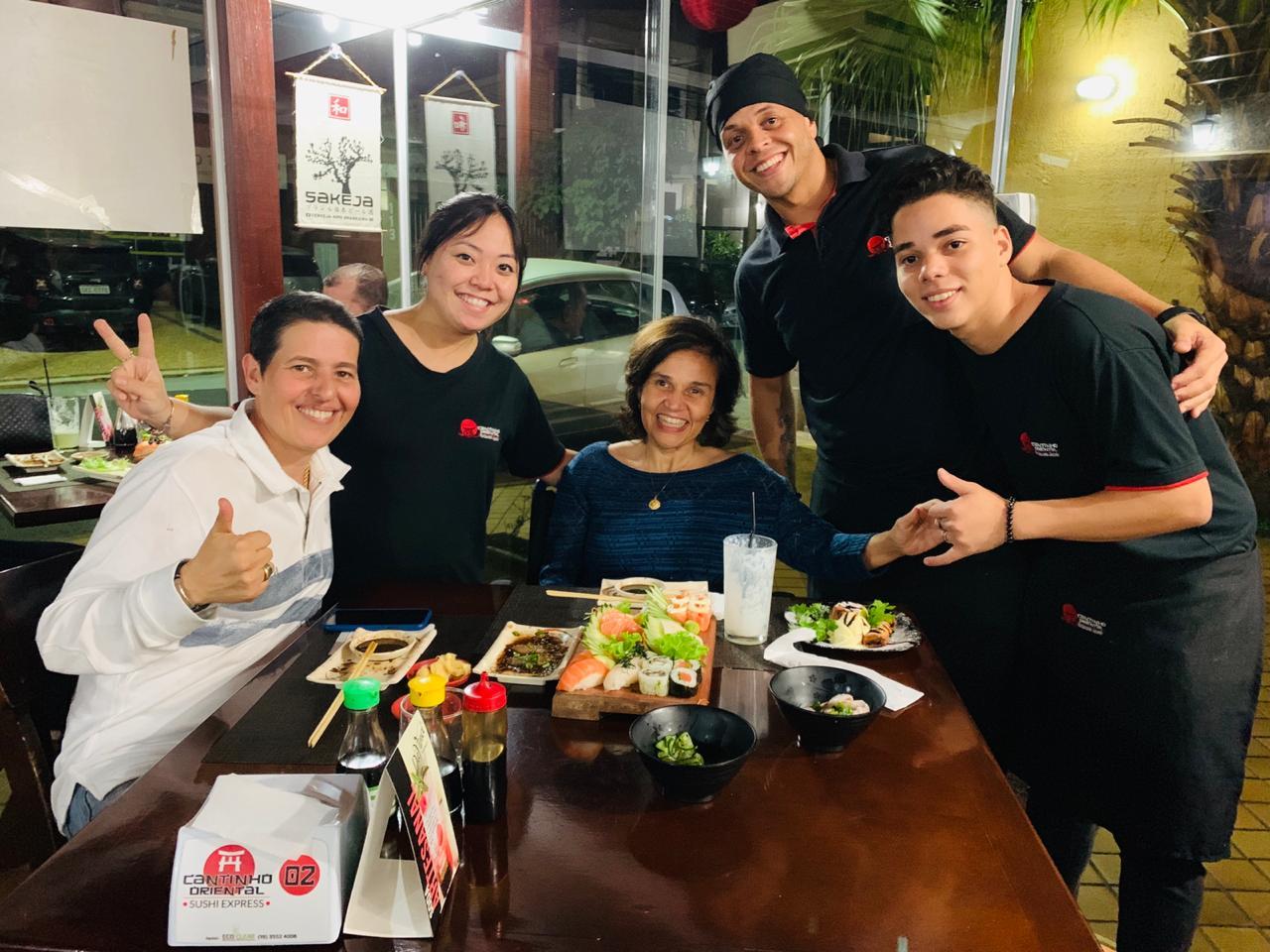 Cláudia de Souza Rodrigues, de A Diarista, tirando fotos com fãs e funcionários de restaurante japonês que foi no último fim de semana. (Foto: Divulgação)