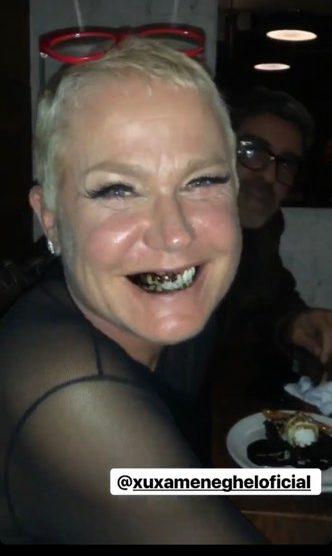 Apresentadora da Record, Xuxa Meneghel é flagrada com os dentes pretos pelo jornalista Luiz Bacci (Foto: Reprodução)
