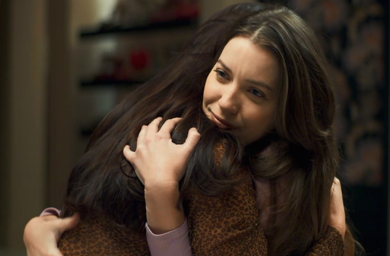 Fabiana (Nathalia Dill) dá abraço da onça em A Dona do Pedaço da Globo (Foto: Reprodução)