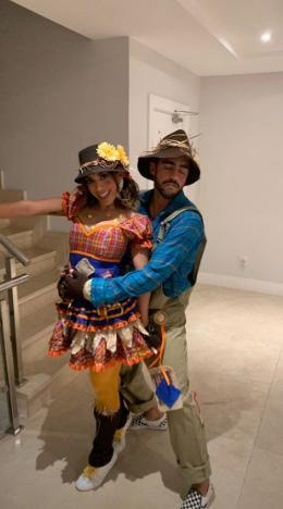 Anitta e Pedro Scooby combinando na festa, Neymar estava na festa Foto: Reprodução
