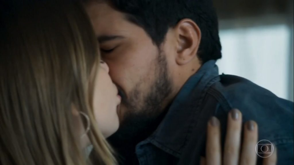 Beijo de Dalila e Jamil na novela Órfãos da Terra da Globo