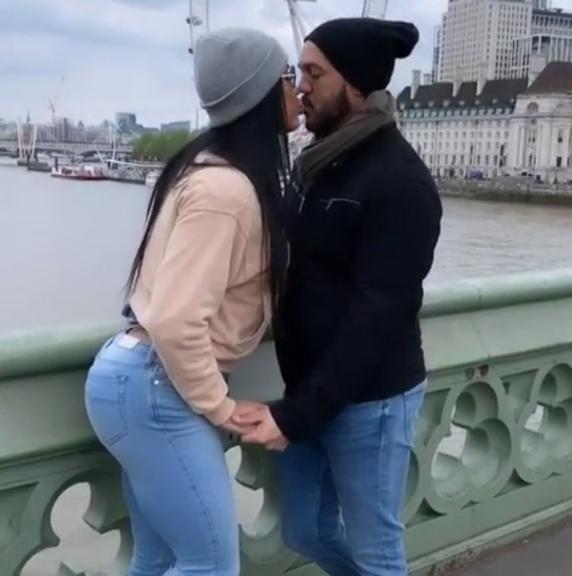 Gracyanne Barbosa e Belo em viagem para Londres (Foto: Reprodução)