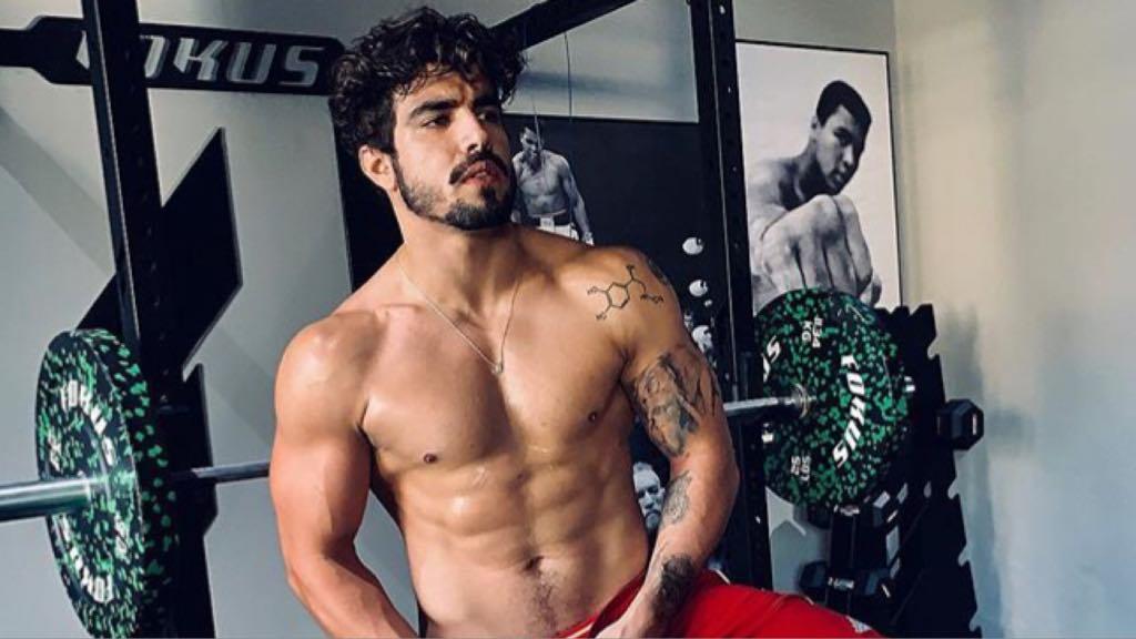 O ator da Globo, Caio Castro foi flagrado na cama com outro homem (Imagem: Instagram)