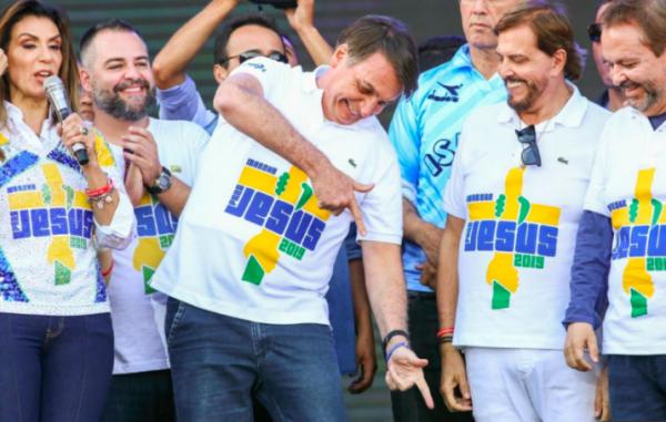 Bolsonaro e o polêmico gesto da arma na Marcha para Jesus (Foto: Reprodução)