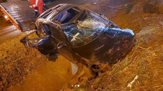 Carro da dupla sertaneja ficou destruído (Foto: Reprodução)