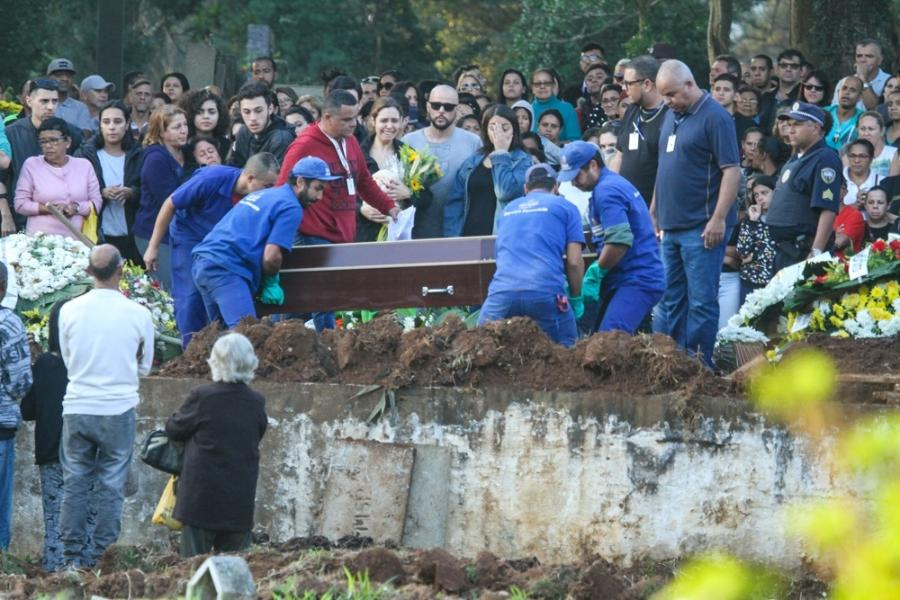 Isabela Tibcherani, namorada de Rafael Miguel, no enterro do ator e dos pais, em São Paulo (Foto: Divulgação / Uol)